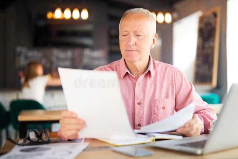 Бумаги чтения в кафе стоковые изображения rf