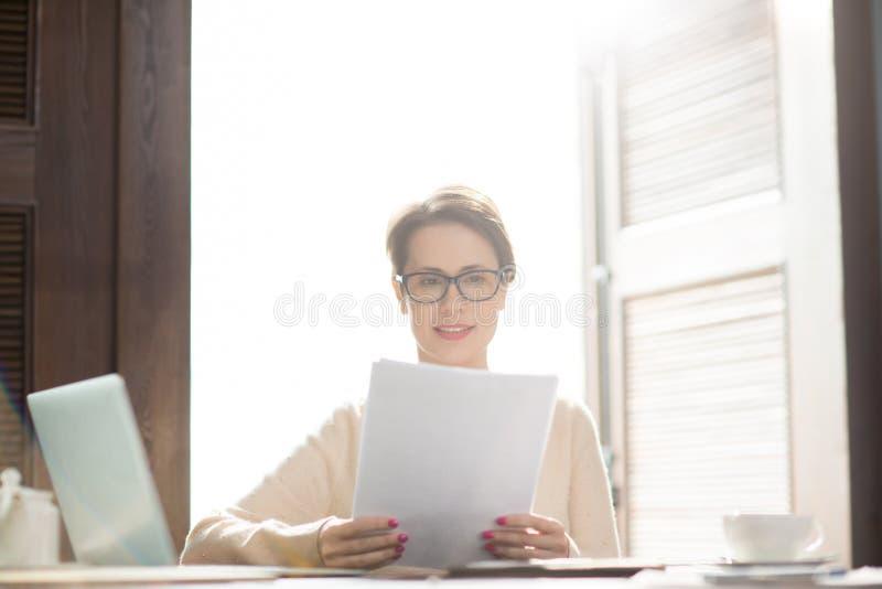 Бумаги чтения коммерсантки стоковая фотография rf