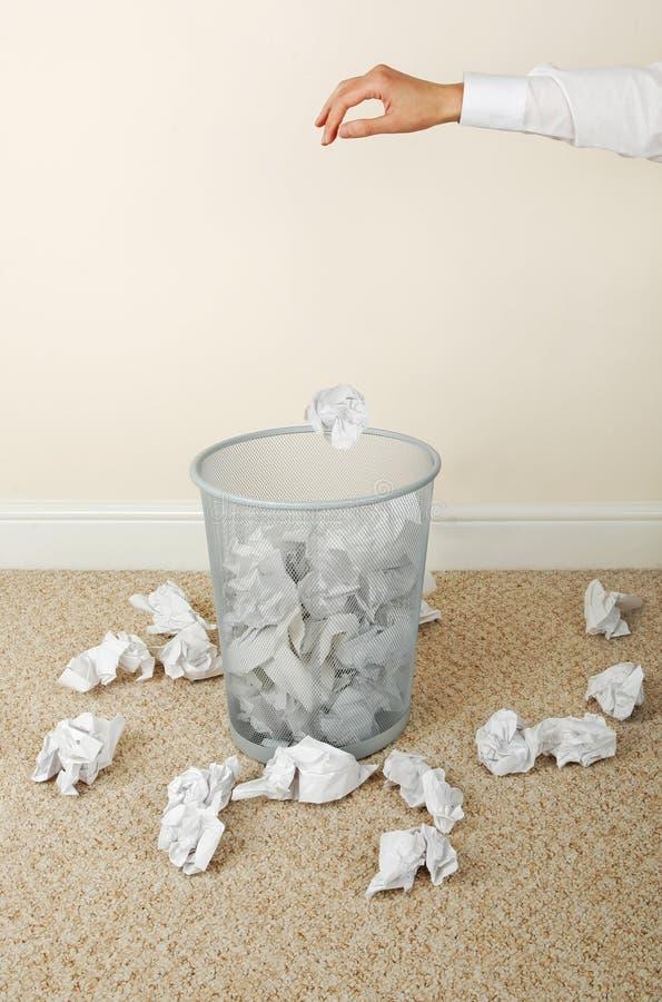 бумажная бросая женщина стоковые изображения