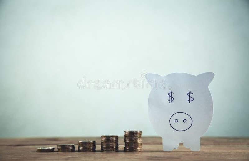 Бумажная копилка с стогом монеток деньги сохраняют ваше стоковое изображение rf