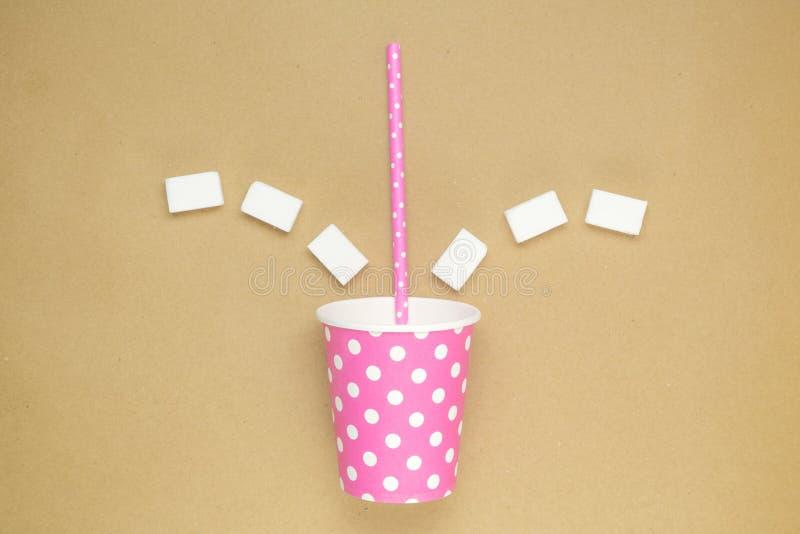 Бумажная кофейная чашка с кубами выпивая соломы и сахара стоковое изображение