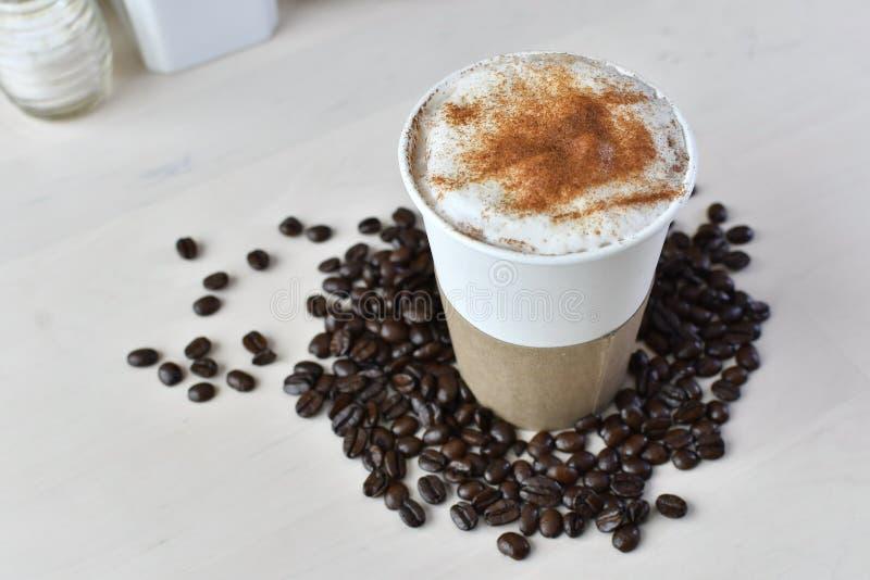 Бумажная кофейная чашка с рукавом 4 стоковая фотография