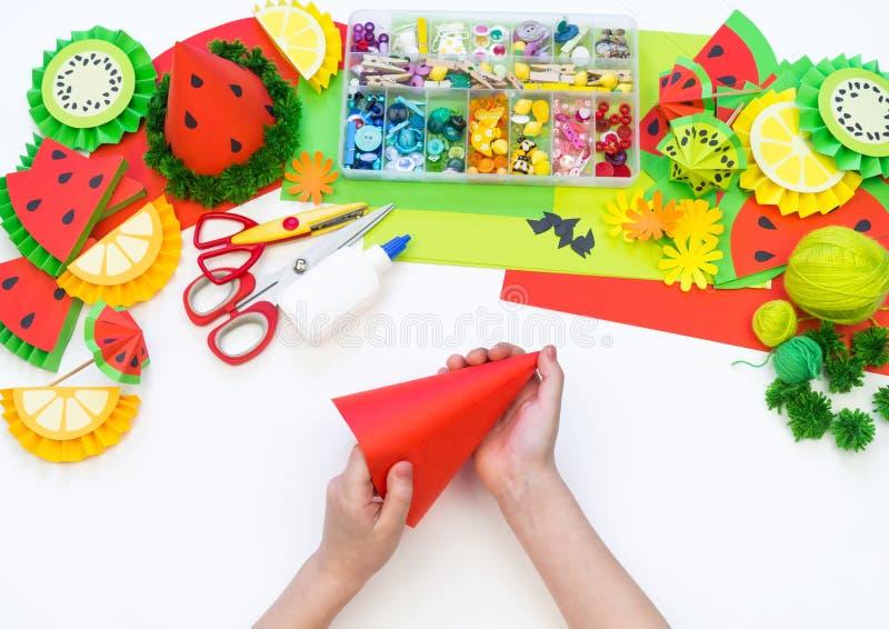 Бумажная крышка diy для партии плода День рождения арбуза Руки детей делают ремесла стоковое изображение