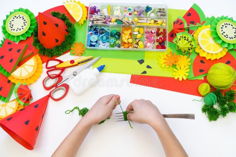 Бумажная крышка diy для партии плода День рождения арбуза Руки детей делают ремесла стоковое фото
