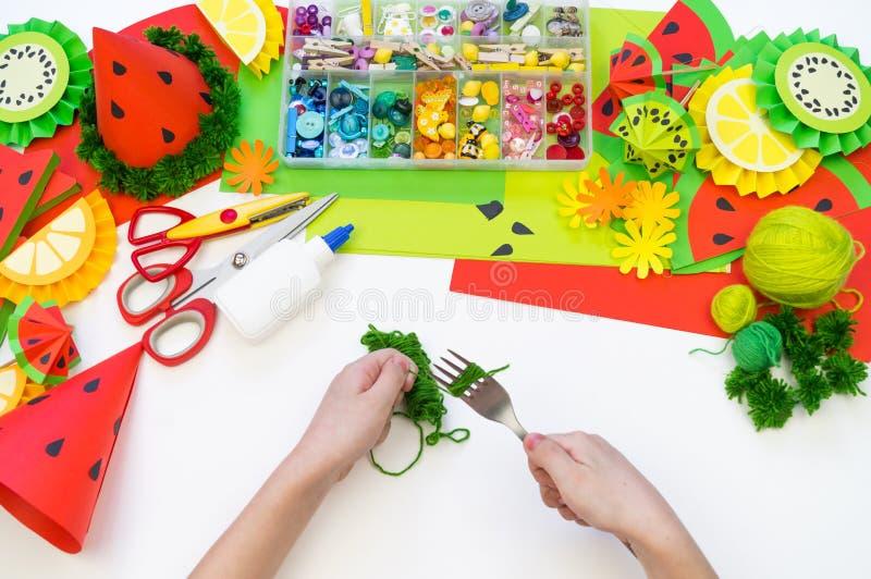 Бумажная крышка diy для партии плода День рождения арбуза Руки детей делают ремесла стоковые фото