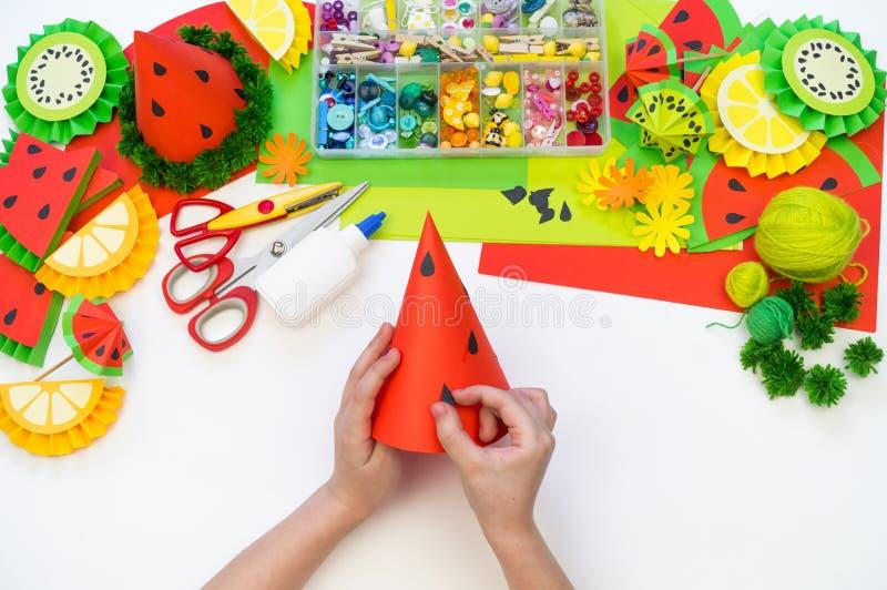 Бумажная крышка diy для партии плода День рождения арбуза Руки детей делают ремесла стоковая фотография