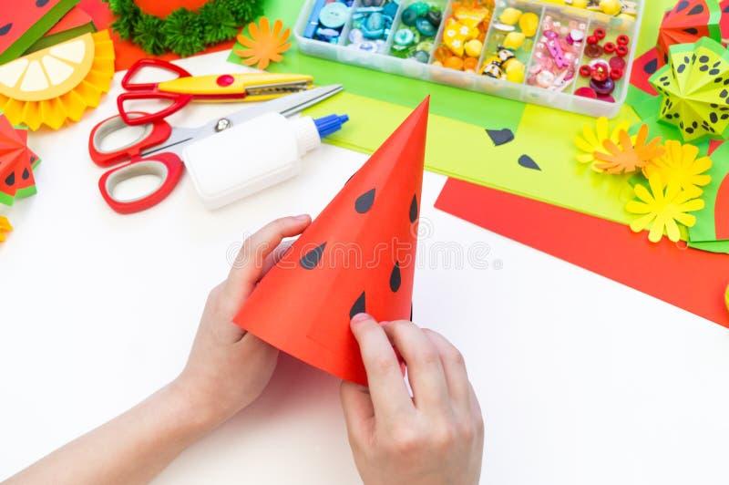 Бумажная крышка diy для партии плода День рождения арбуза Руки детей делают ремесла стоковое изображение rf