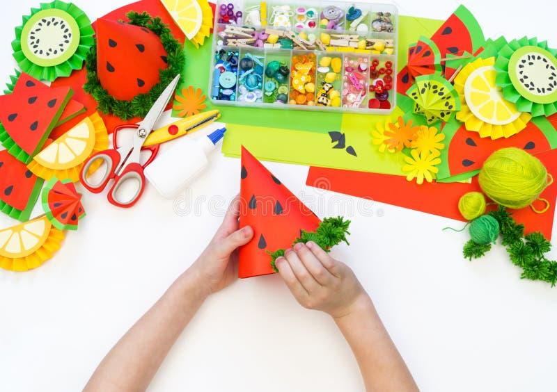 Бумажная крышка diy для партии плода День рождения арбуза Руки детей делают ремесла стоковое фото rf