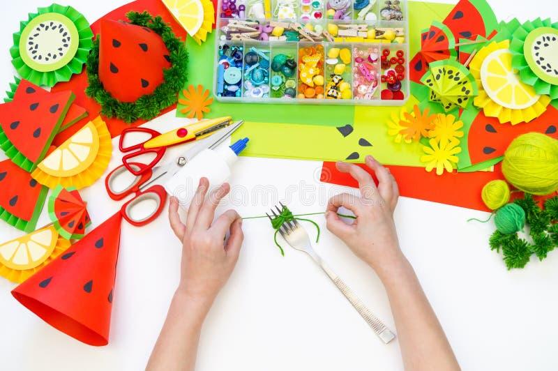 Бумажная крышка diy для партии плода День рождения арбуза Руки детей делают ремесла стоковые изображения rf