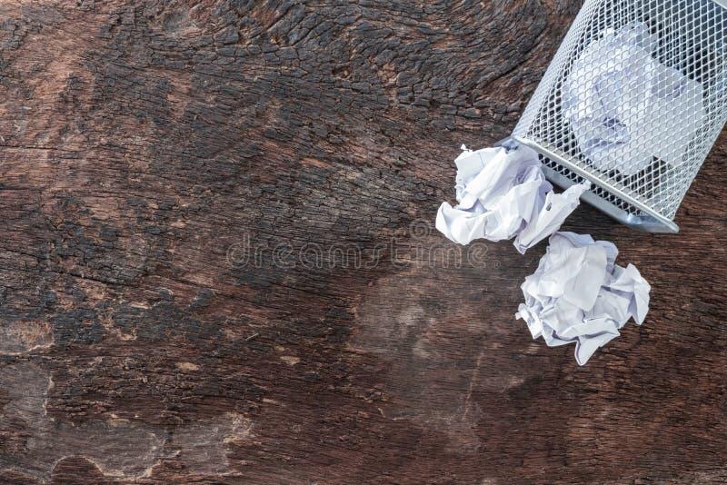 бумажная погань скомкайте бумагу падая к повторно используя ящику, бросил к ящику корзины металла, переполняя макулатуре в отброс стоковые изображения