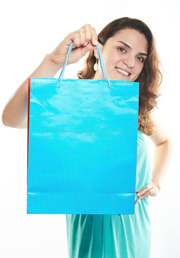 Бумажная сумка в руке девушки стоковое фото