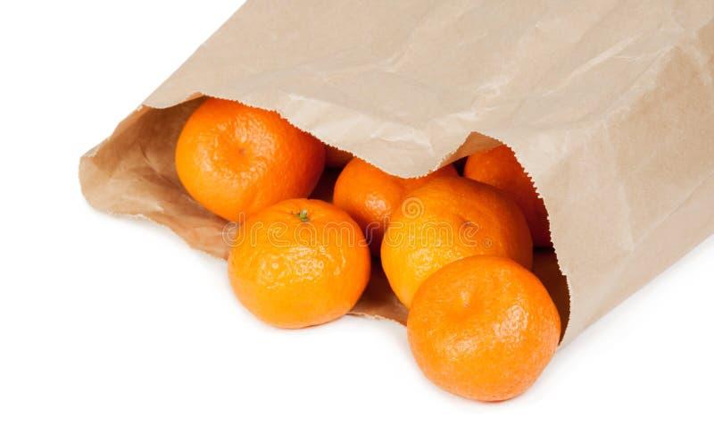 Бумажная сумка с зрелыми tangerines стоковое фото
