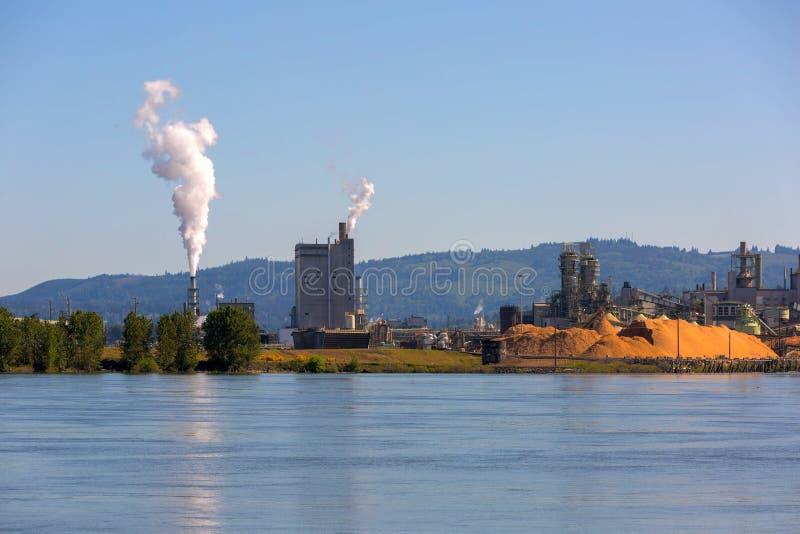 Бумажная фабрика вдоль Рекы Колумбия в штате Вашингтоне стоковое изображение