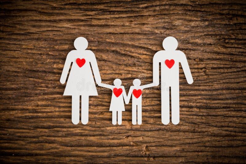 Бумажная цепная семья и красное сердце символизируя стоковые изображения