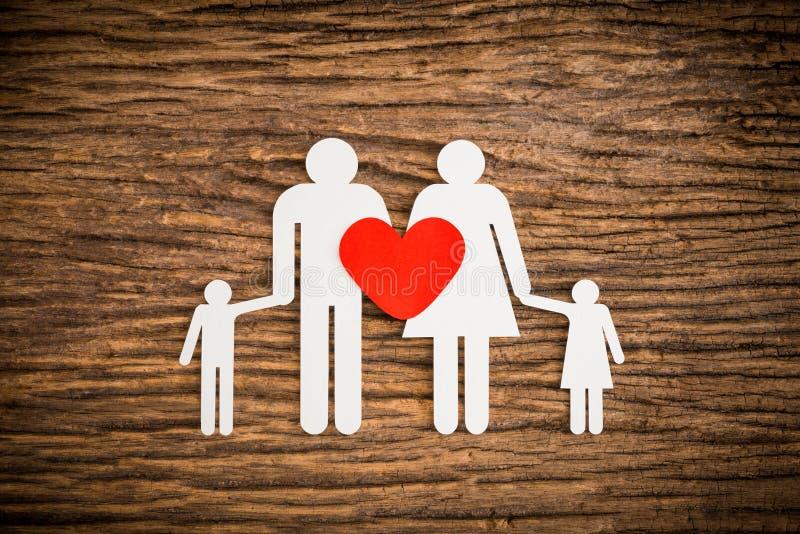 Бумажная цепная семья и красное сердце символизируя стоковые фотографии rf
