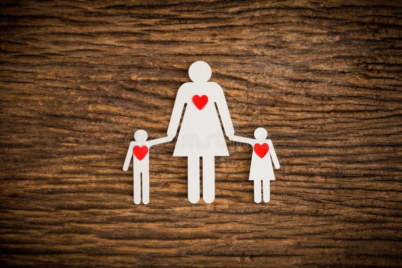 Бумажная цепная семья и красное сердце символизируя стоковые изображения rf