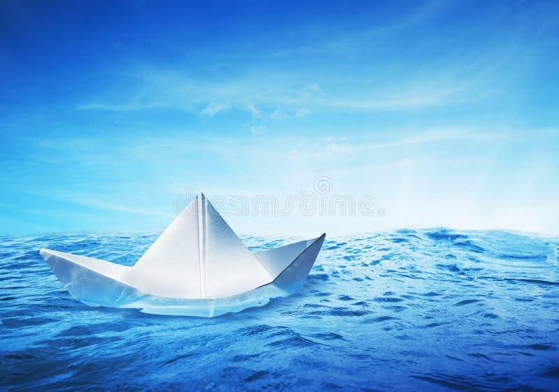 Бумажная шлюпка на море на глянцеватый день стоковые изображения