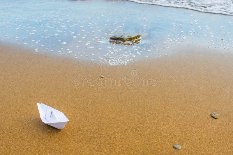 Бумажная шлюпка на пляже 5 стоковые изображения rf