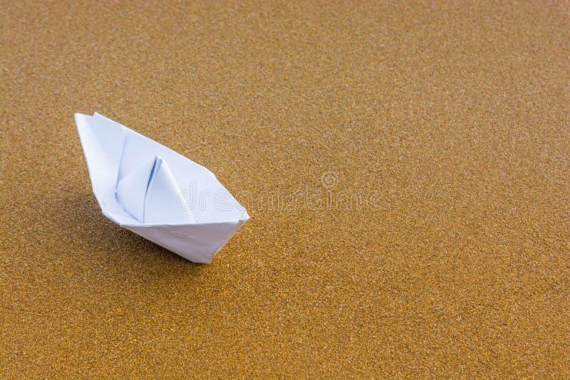 Бумажная шлюпка на пляже 3 стоковое изображение
