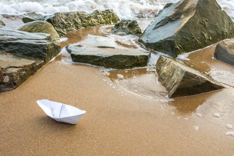 Бумажная шлюпка на пляже 6 стоковые фотографии rf