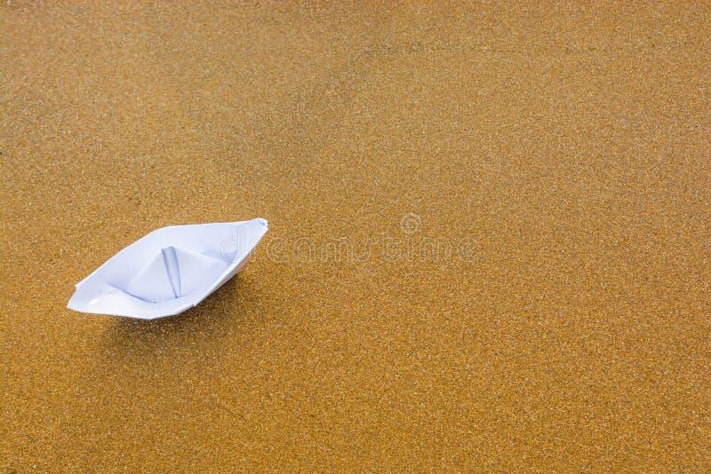 Бумажная шлюпка на пляже 7 стоковое фото rf
