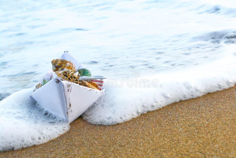 Бумажная шлюпка на пляже стоковое изображение rf