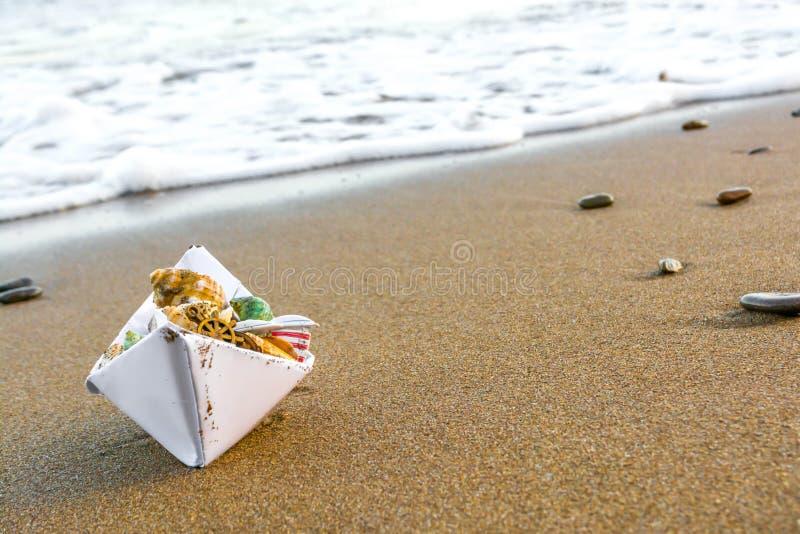 Бумажная шлюпка на пляже 2 стоковые фотографии rf