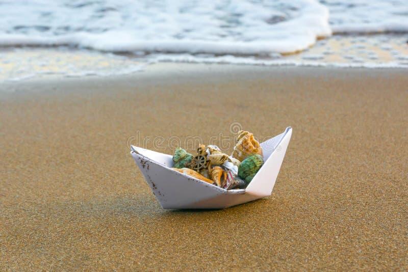 Бумажная шлюпка на пляже 9 стоковые изображения