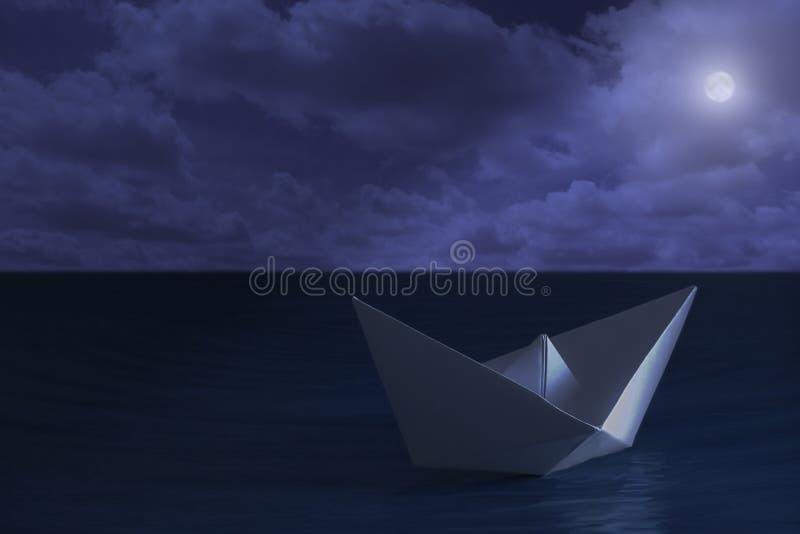 Бумажная шлюпка плавая в море на ноче бесплатная иллюстрация