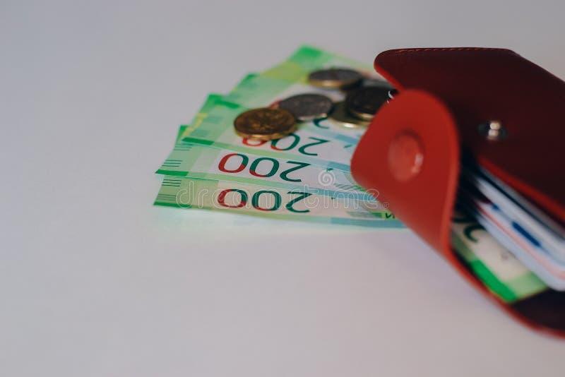 Бумажник Брауна кожаный с пластиковыми картами и банк банкнот России Русские деньги для 200 рублей и монеток стоковая фотография rf