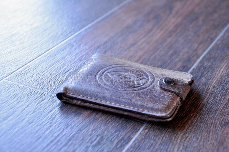 Бумажник с деньгами в кармане стоковое фото