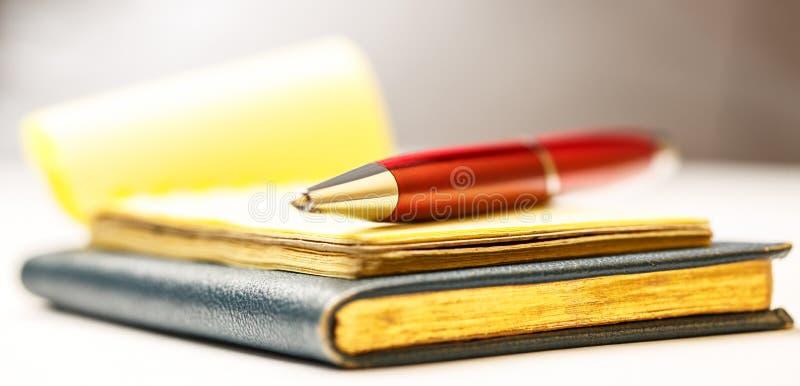 Бумажные блоки с ручкой стоковая фотография