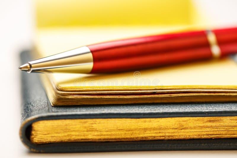 Бумажные блоки с ручкой стоковые фотографии rf