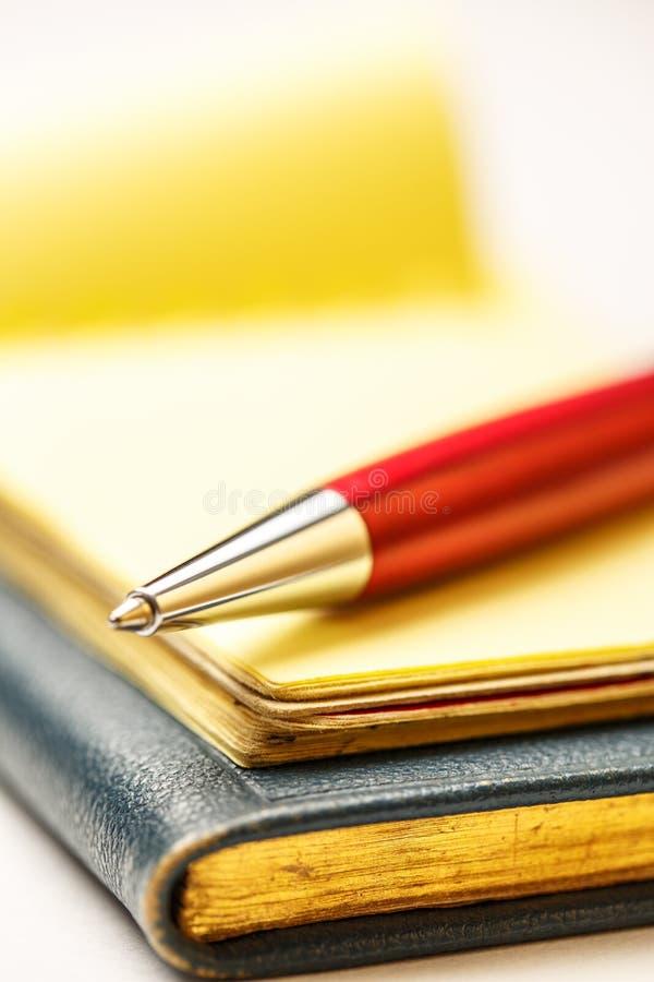 Бумажные блоки с ручкой стоковые изображения