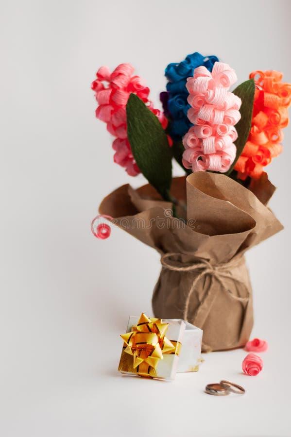 Бумажные гиацинты в вазе бумаги на белой предпосылке, подарка, пинка, сини, пурпура, апельсина стоковые фото