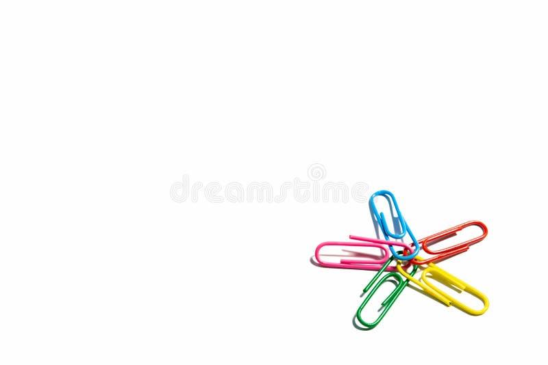 Бумажные зажимы с красочным цветом с путем и концом клиппирования вверх по взгляду стоковая фотография