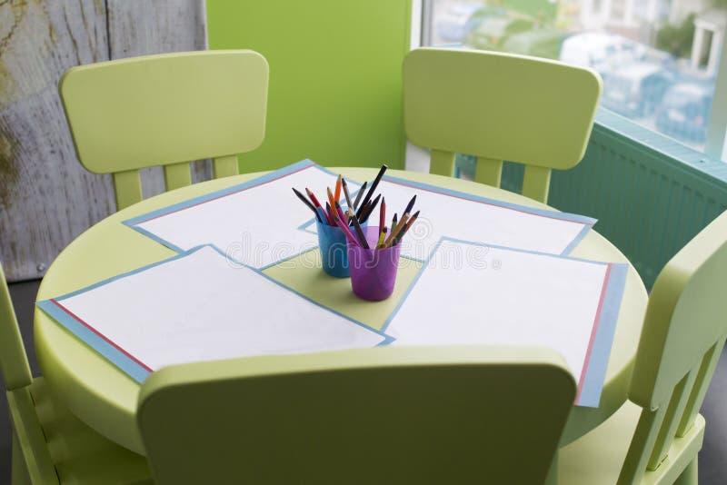 Бумажные и красочные карандаши стоковая фотография rf