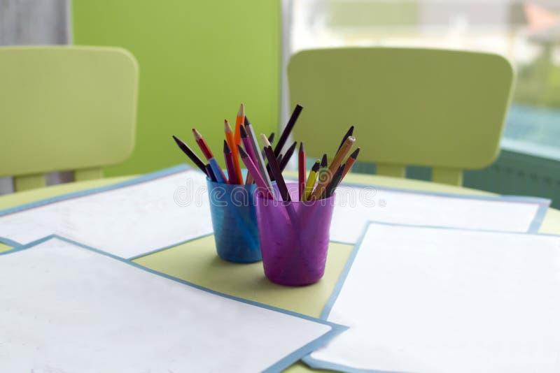 Бумажные и красочные карандаши стоковое изображение