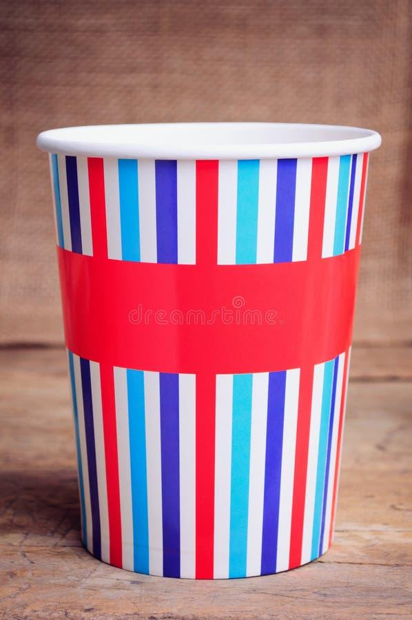 Бумажные стаканчики на деревянной поверхности стоковая фотография rf