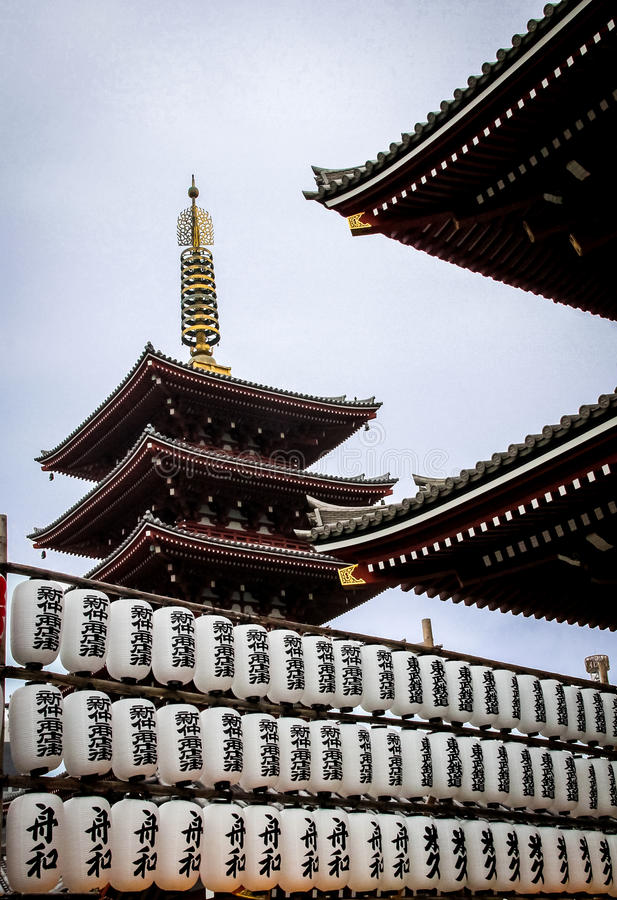 Бумажные фонарики и 5-легендарная пагода виска Sensoji - токио, Японии стоковые фотографии rf