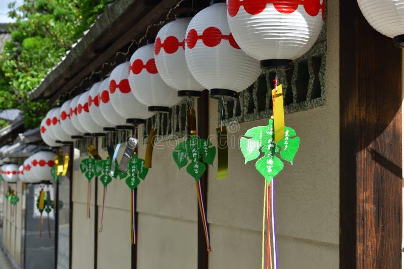 Бумажные фонарики на старом угле Киото, Японии стоковая фотография rf