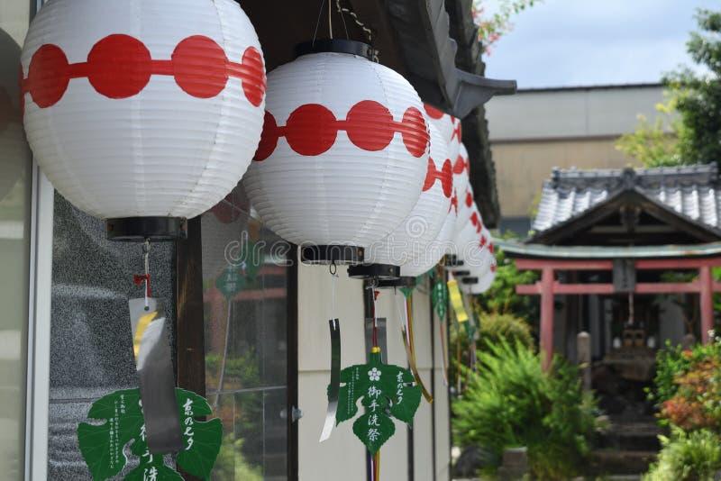 Бумажные фонарики на старом угле Киото, Японии стоковое изображение