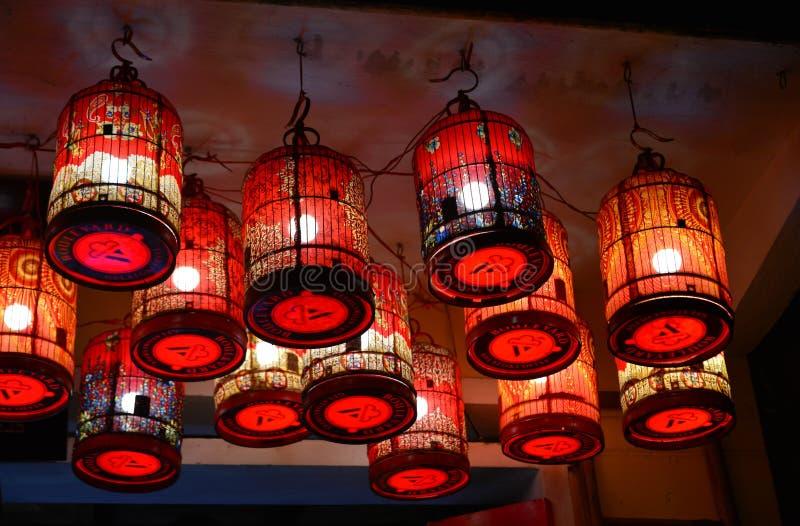 Бумажные фонарики осветили вверх на улицах стоковое фото