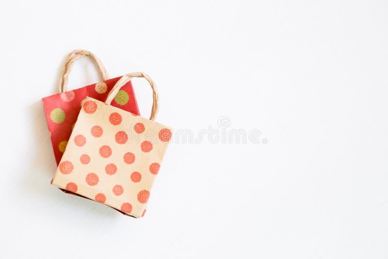 Бумажные хозяйственные сумки на белой предпосылке стоковое фото