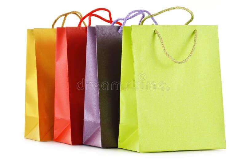 Бумажные хозяйственные сумки на белой предпосылке стоковые изображения rf