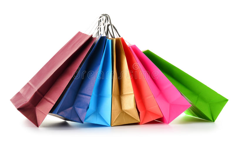 Бумажные хозяйственные сумки на белой предпосылке стоковые изображения