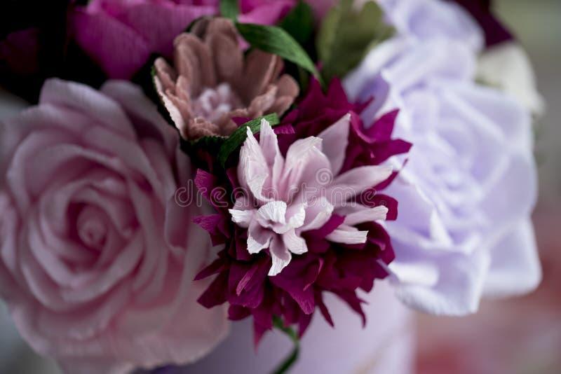 Бумажные цветки совершенны для приносить весну внутрь в любое время года стоковая фотография rf