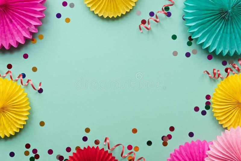 Бумажные цветки текстуры на зеленой предпосылке Предпосылка дня рождения, праздника или партии r стоковые фото