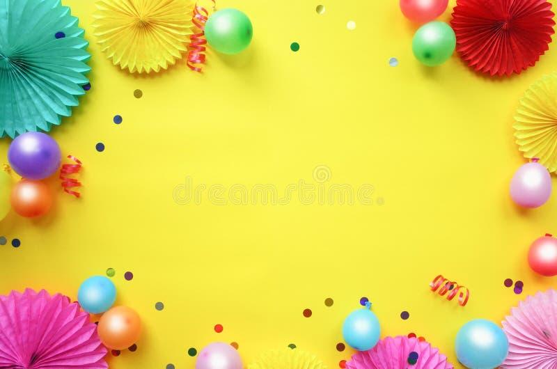 Бумажные цветки текстуры с различными baloons на желтой предпосылке Предпосылка дня рождения, праздника или партии r стоковые изображения