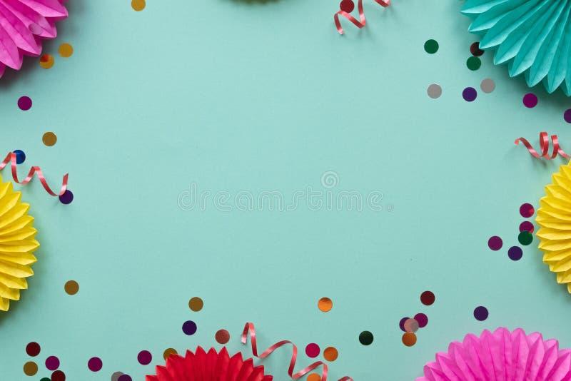 Бумажные цветки текстуры с confetti на зеленой предпосылке Предпосылка дня рождения, праздника или партии r стоковые изображения